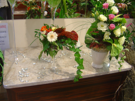 COUNTERTOP in a flower shop made of ivory fantasy granite